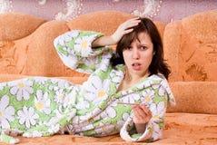 Het meisje is ziek thuis op de laag Stock Foto's