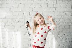 Het meisje zingt in een microfoon royalty-vrije stock afbeeldingen