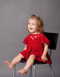 Het meisje zit als voorzitter in studio Royalty-vrije Stock Afbeeldingen