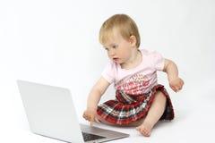 Het meisje zit bij de computer royalty-vrije stock foto