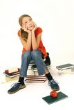 Het meisje zit op boek Stock Afbeeldingen