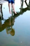 Het meisje zit op de kleine brug Stock Foto's