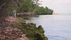Het meisje zit op de kust van Baikal stock footage