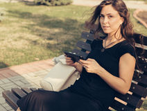 Het meisje zit op een bank Royalty-vrije Stock Fotografie