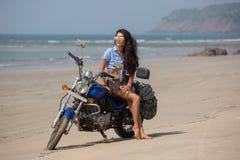 Het meisje zit op een motorfiets Stock Afbeeldingen