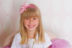 Het meisje zit op een stoel royalty-vrije stock foto's