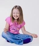 Het meisje zit op een vloer stock foto