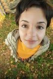 Het meisje zit op grond Stock Afbeeldingen