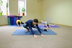 Het meisje zit op streng en de trainer helpt kind royalty-vrije stock foto