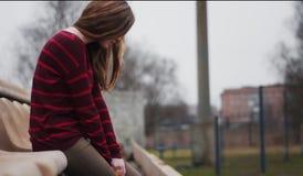 het meisje zit stil op een stoel stock fotografie