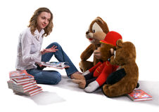 Het meisje zit voor groot speelgoed Royalty-vrije Stock Afbeelding