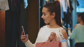 Het meisje is zo blij zij heel wat het winkelen deed stock footage