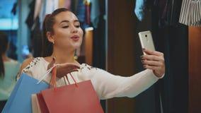 Het meisje is zo blij zij heel wat het winkelen deed stock video