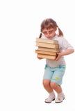 Het meisje in zonglazen draagt een stapel van boek Royalty-vrije Stock Afbeeldingen
