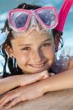 Het meisje in Zwembad met Beschermende brillen en snorkelt Stock Foto