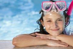 Het meisje in Zwembad met Beschermende brillen en snorkelt royalty-vrije stock afbeelding