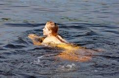 Het meisje zwemt Stock Foto
