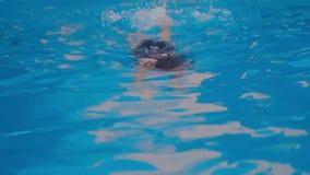 Het meisje zwemt in de pool stock video