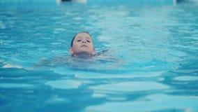 Het meisje zwemt in de pool stock videobeelden