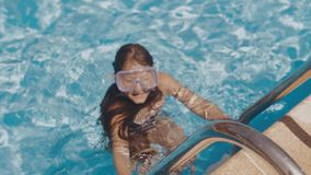 Het meisje zwemt in de pool stock footage