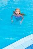 Het meisje zwemt in de pool Royalty-vrije Stock Foto