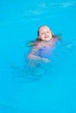 Het meisje zwemt in de pool Stock Foto
