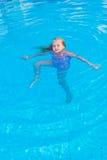 Het meisje zwemt in de pool Stock Foto's