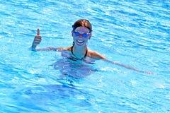 Het meisje zwemt glimlach en O.K. Royalty-vrije Stock Fotografie