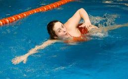 Het meisje zwemt in het zwembad Stock Foto's