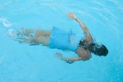 Het meisje zwemt onder water Stock Afbeeldingen