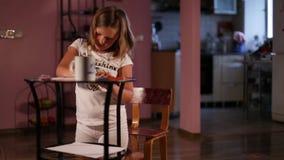 Het meisjeblonde trekt met potloden stock video