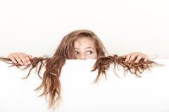 Het meisjejonge geitje met lang haar houdt lege banner stock afbeeldingen