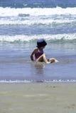 Het meisjekind geniet van het water van het overzees royalty-vrije stock afbeelding