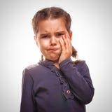 Het meisjekind heeft tandpijn, tandpijn stock fotografie