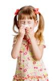 Het meisjes afvegende of schoonmakende neus van het jonge geitje met weefsel dat op wit wordt geïsoleerde royalty-vrije stock foto's