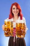 Het meisjes dienend bier van Oktoberfest Royalty-vrije Stock Afbeeldingen