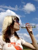 Het meisjes drinkwater royalty-vrije stock foto's
