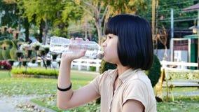 Het meisjes drinkwater van Azië stock videobeelden