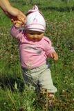 Het meisjes eerste stappen van de baby Stock Afbeeldingen