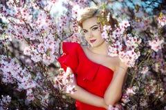 Het meisjes in openlucht portret van de de lentemanier in bloeiende bomen Schoonheids Romantische vrouw in bloemen Sensuele dame  Royalty-vrije Stock Foto's