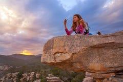 Het meisjes selfie telefoon van de wandelaartiener op piek van berg royalty-vrije stock afbeelding