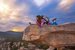 Het meisjes selfie telefoon van de wandelaartiener op piek van berg royalty-vrije stock fotografie