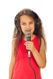 Het meisjes zingende microfoon van de schoonheid Stock Foto's