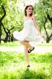 Het meisjesdans van de glimlach in witte kleding stock afbeeldingen
