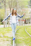 Het meisjesgangen van geluk mooie hipster op oud spoor in de straat Stock Afbeeldingen