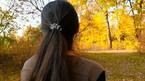 Het meisjesgangen van Nice in de herfst in het park Langzame Motie Close-up stock video