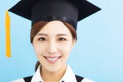 Het meisjesgezicht van de close-up mooi gediplomeerd student royalty-vrije stock afbeelding