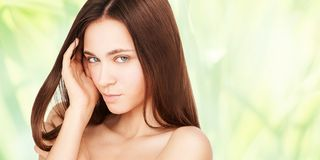 Het meisjesgezicht van de schoonheid Gezichts medische injectie Geneeskundeprocedure De kosmetiekportret Vrij witte vrouw stock foto