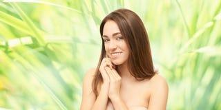 Het meisjesgezicht van de schoonheid Gezichts medische injectie Geneeskundeprocedure De kosmetiekportret Vrij witte vrouw royalty-vrije stock afbeelding