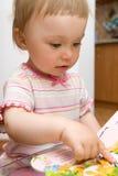 Het meisjeslezing van de baby stock afbeeldingen